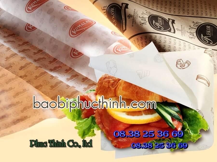 Bế túi giấy đựng bánh mì